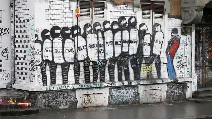 Seit den Beginnen des autonomen Kulturzentrums kommt es regelmässig zu gewaltsamen Auseinandersetzungen mit der Polizei. Hier ein Graffiti an der Wand der Reitschule.