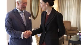 Handshake von Prinz Charles mit der neuseeländischen Premierministerin Jacinda Ardern im Regierungsgebäude in Auckland.