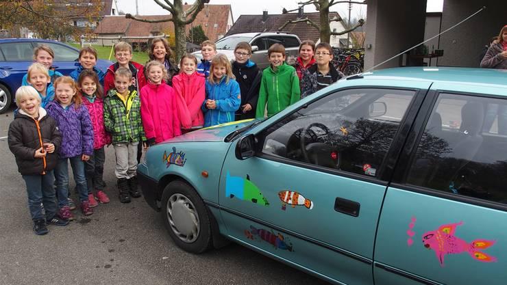 17 Schülerinnen und Schüler bemalten das 20-jährige Auto ihrer Lehrerin Deborah Müller und sind sichtlich stolz auf das Kunstwerk.