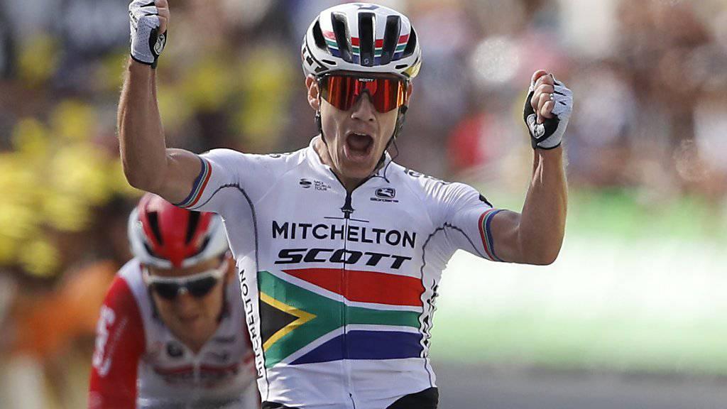 Der Südafrikaner Daryl Impey bejubelt in Brioude seinen ersten Etappensieg an der Tour de France. Dahinter bleibt dem Belgier Tiesj Benoot nur das Nachsehen