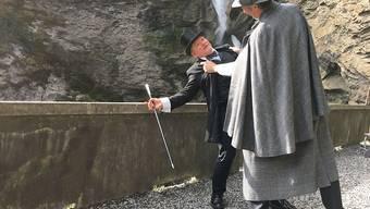 """Mitglieder der Deutschen Sherlock-Holmes-Gesellschaft, Olaf Maurer (r) und Uwe Röder, ringen an den Reichenbach-Fällen in Meiringen. Sie stellen den (vorläufigen) Tod von Sherlock Holmes am 4. Mai 1891 nach. """"Geboren"""" wurde der berühmteste Detektiv der Welt im November 1887. (Archivbild)"""