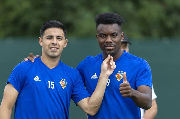 Daumen hoch bei Afimico Pululu. Er hat seinen Vertrag beim FCB vorzeitig verlängert.