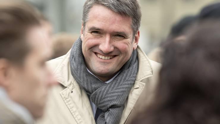 SP-Präsident Christian Levrat trinkt zum Auftakt des Wahlkampfes auf dem Waisenhausplatz in Bern mit Passantinnen und Passanten Kaffee und sucht das Gespräch mit ihnen.