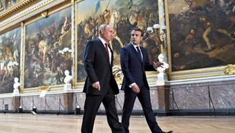 Im Schloss von Versailles haben sich Frankreichs neuer Staatschef Emmanuel Macron (rechts) und der russische Präsident Wladimir Putin erstmals zu Gesprächen getroffen.