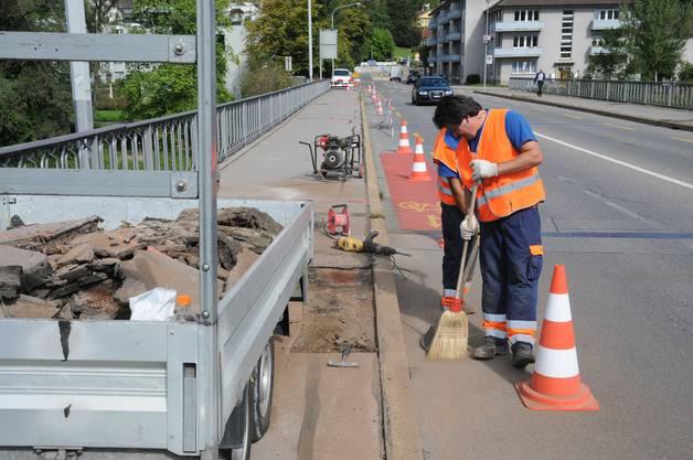 Der Teerbelag auf der Brücke muss regelmässig geflickt werden
