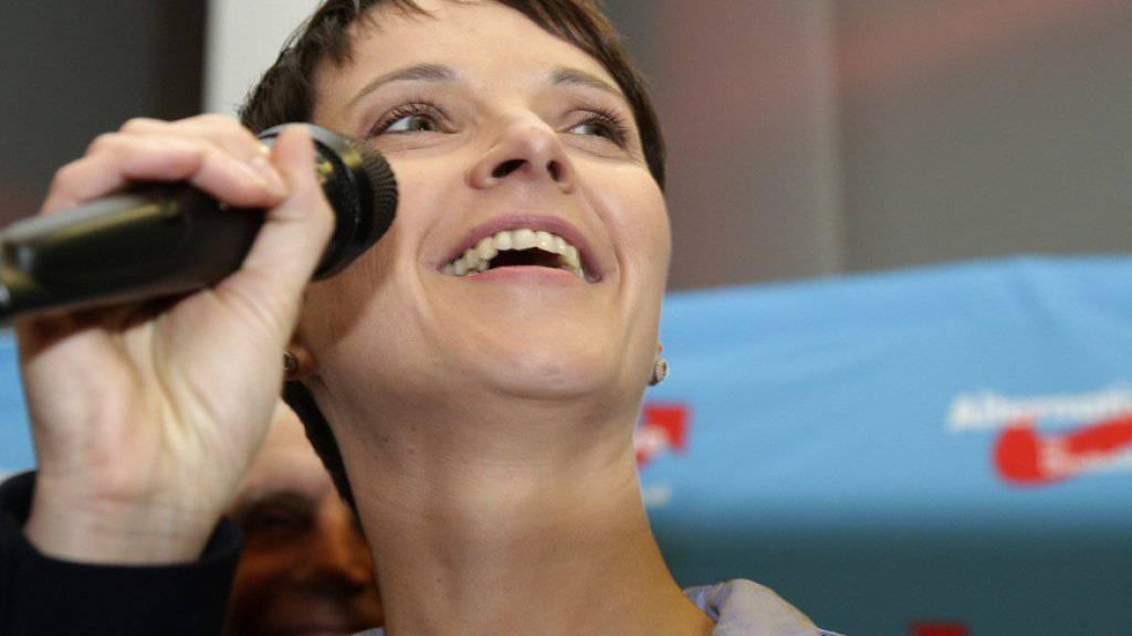 AfD-Chefin Frauke Petry freut sich am Sonntagabend über das Wahlergebnis.