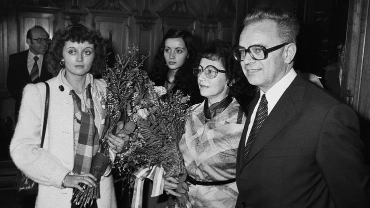 Leon Schlumpf (l.) freut sich am 5. Dezember 1979 über die Wahl zum Bundesrat. Zusammen mit seiner Familie, (v.l.n.r.) Eveline Widmer-Schlumpf, Carmen und Ehefrau Trudy Schlumpf, feiert er seine Wahl in der Wandelhalle des Bundeshauses in Bern.