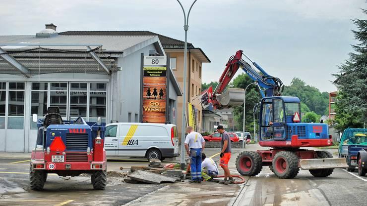 Nach der 15-Meter hohen Wasserfontäne in der Telli: Die Pikett-Trupper der IBAarau ist schnell vor Ort und ersetzt den Hydranten.