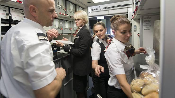 Arbeiten auf engstem Raum: Swiss-Personal in der Bordküche.