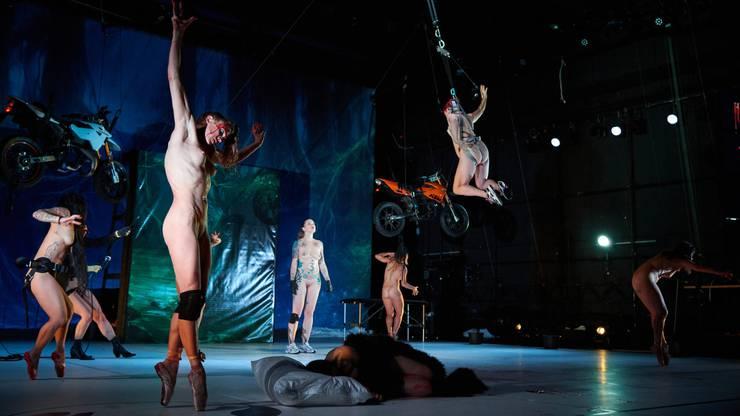 «Tanz» von Florentina Holzinger ist ein böser Abgesang auf die Ballerina und ein Fest für Splattermovie-Fans.