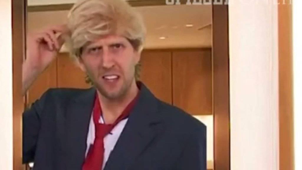 """""""Ja, mein Haar ist echt"""": Dirk Nowitzki als Donald Trump (Screenshot YouTube/Spiegel Online)."""