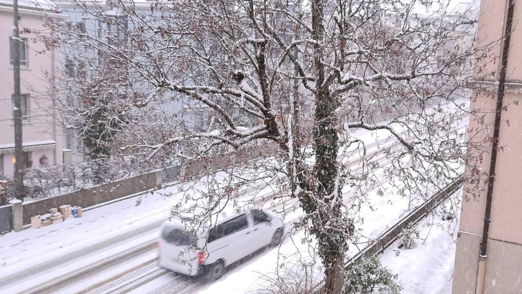 Leichter Schneefall bringt Rutschgefahr im Morgenverkehr