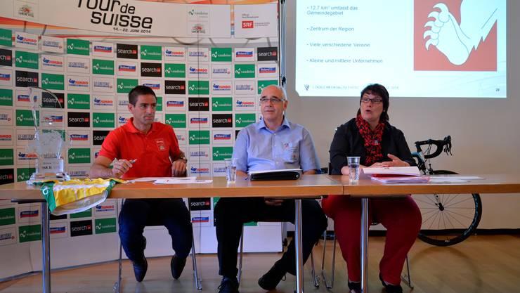 Von links: Rolf Huser, sportlicher und wirtschaftlicher Direktor Tour de Suisse, OK-Präsident Hans-Ulrich Habegger und Gemeindepräsidentin Claudia Witschi.