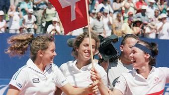 Patty Schnyder, Emmanuelle Gagliardi und Martina Hingis (von links) feiern am 26. Juli 1998 in Sion den Finaleinzug. key