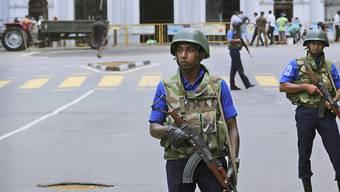 Nach den Anschlägen vom Ostersonntag sichern Soldaten die St. Anthony's Church in Colombo. Bei der Anschlagsserie in Sri Lanka sind nach jüngsten Angaben der Behörden 42 Ausländer getötet worden.