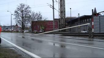 Drei Fahrzeuge auf dem Bahnübergang eingesperrt: Ein Personenwagen durchbrach die Barriere, um eine Kollision mit dem Zug zu verhindern.