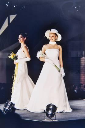 Schlichte Eleganz und Korsagen dominierten die Mode im Jahr 2002, hier die Schau in der Bärenmatte Suhr.