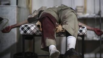 Dieser Mann wurde Opfer eines Luftschlages des syrischen Regimes auf ein Rebellenviertel in Damaskus (Aufnahme vom 4. Dezember dieses Jahres).
