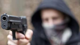 Der Unbekante bedrohte den Laden-Angestellten mit einer Faustfeuerwaffe. (Symbolbild)