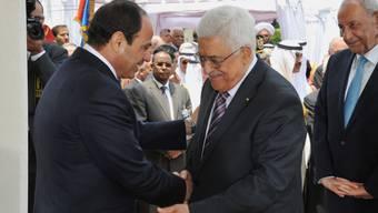 Präsident al-Sissi (l.) greift Abbas diplomatisch unter die Arme