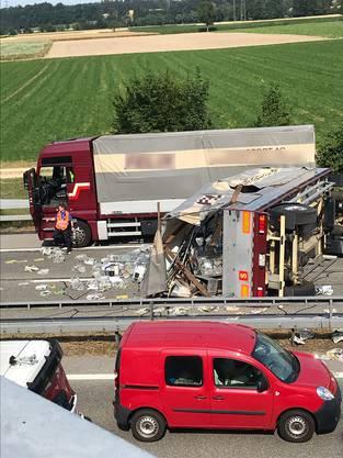 Der Anhänger dieses Lastwagens kippte auf die linke Seite