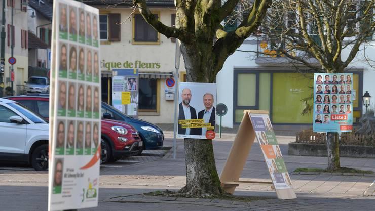 Plakatwald in Pratteln: Im Baselbiet gibt es punkto Politplakate vielerorts nur wenige Regeln.
