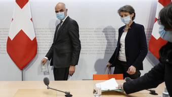 Gesundheitsminister Alain Berset (links) und Bundespräsidentin Simonetta Sommaruga (rechts) stellten am Dienstag neue und strengere und vor allem schweizweite Massnahmen vor.