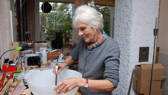 """Leuchten-Gestalterin Rosmarie Baltensweiler, Begründerin der gleichnamigen Leuchtenmanufaktur, ist mit 92 Jahren gestorben. Letztes Jahr wurde sie vom Bundesamt für Kultur für ihr Lebenswerk mit dem """"Grand Prix Design"""" geehrt."""