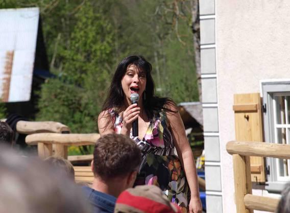Noemi Nadelmann singt für die Gäste.