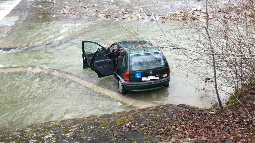 Ein Auto in der Ärgera - verletzt wurde niemand, und das Wasser blieb sauber, wie die Freiburger Polizei versichert.