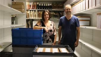 Gemeindeammann Marliese Loosli und Gemeindeschreiber Raphael Huber vor dem historischen Archiv.