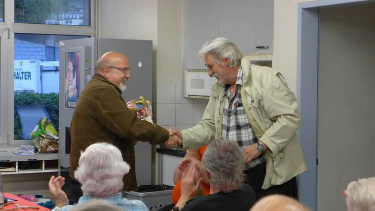 Vizestadtpräsident Urs Wirth, links, dankt dem abtretenden Werkhofchef Rudolf Winzenried