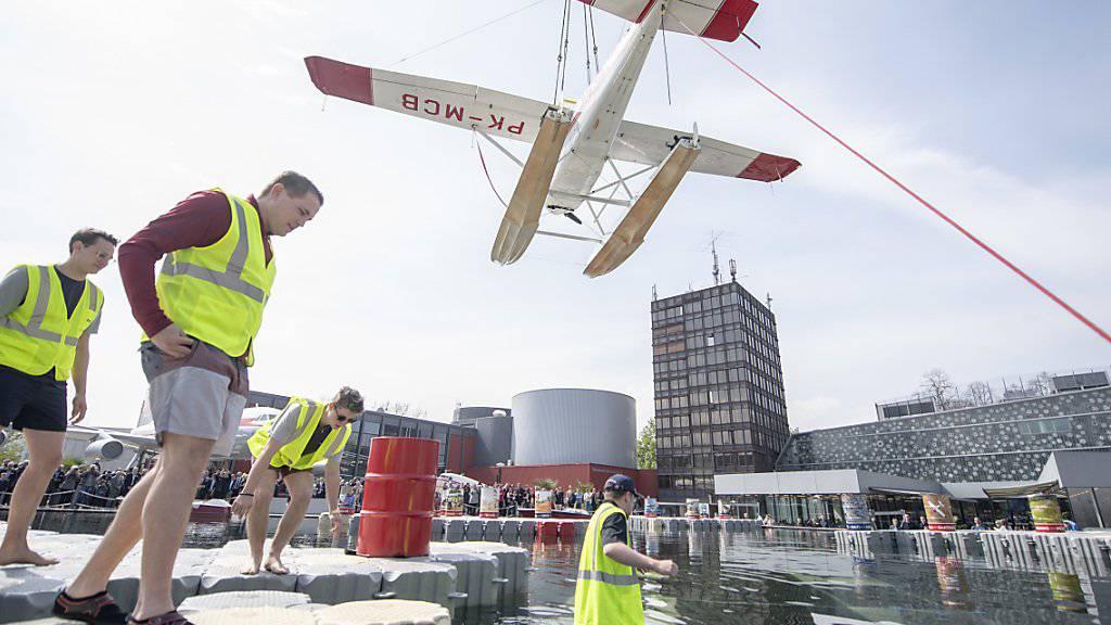 Das Wasserflugzeug Cessna 185 wird im Verkehrshaus der Schweiz in Luzern in einen Pool gehievt, dies anlässlich der Eröffnung des zweiten Teils der Ausstellung «Die Schweiz fliegt!»