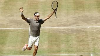 Während David Goffins Vorhandvolley ins Out segelt, läuft Roger Federer jubelnd Richtung Netz.