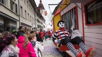 Auch dieses Jahr wird es am Fasnachtsumzug durch die Altstadt von Bremgarten wieder jede Menge zu bestaunen geben, wie hier am Umzug 2017, dessen Konfetti noch Tage später aus Haaren und Kleidern fielen.AZ-Archiv/Dominic Kobelt