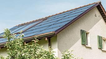 Unter anderem wird der Einbau von Sonnenkollektoren, Photovoltaikanlagen, Wärmepumpen und der Anschluss an einen Wärmeverbund unterstützt.