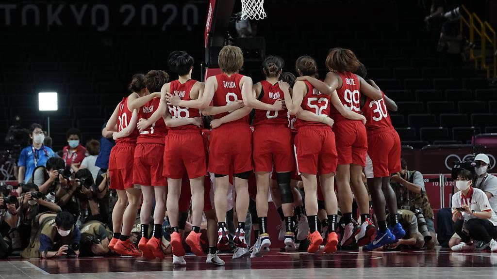 Basketball fest in amerikanischer Hand