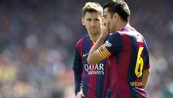 Lionel Messi (l.) bespricht sich mit Teamkollege Xavi