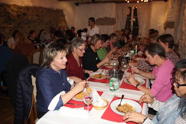 Die Mitarbeitenden geniessen ein feines Nachtessen