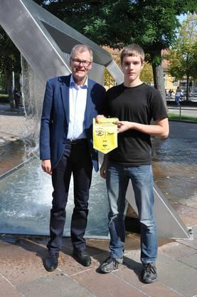 Stadtpräsident Otto Müller mit  dem Jungschützen Michael Amann.