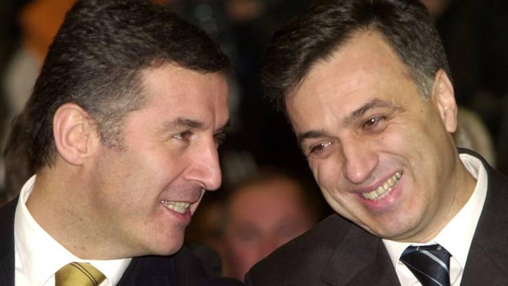 Milo Dukanovic (l.) als Primierminister Montenegros im Februar 2003. Rechts Filip Vujanovic damals montenegrinischer Präsidentschaftskandidat. (AP Photo / Bela Szandelszky)