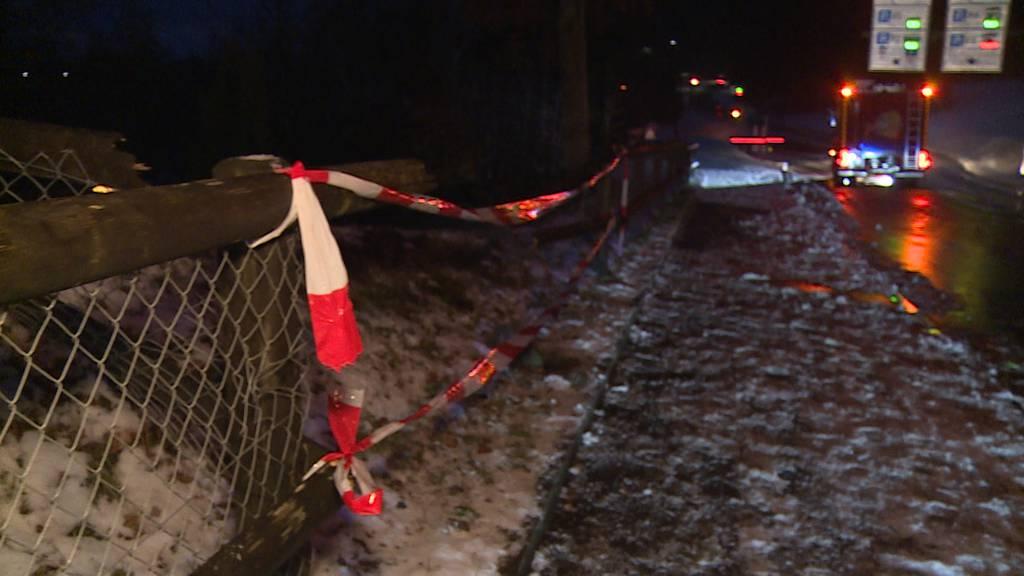 Neuhausen am Rheinfall: Auf vereister Strasse in Zaun geprallt
