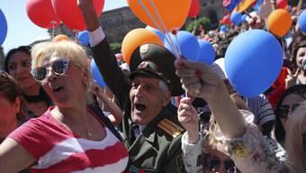 Anhänger von Armeniens Oppositionsführer Nikol Paschinjan in der Hauptstadt Eriwan. Paschinjan verspricht einen Kampf gegen Korruption und Armut in Armenien. Zudem will er vorgezogene Neuwahlen.