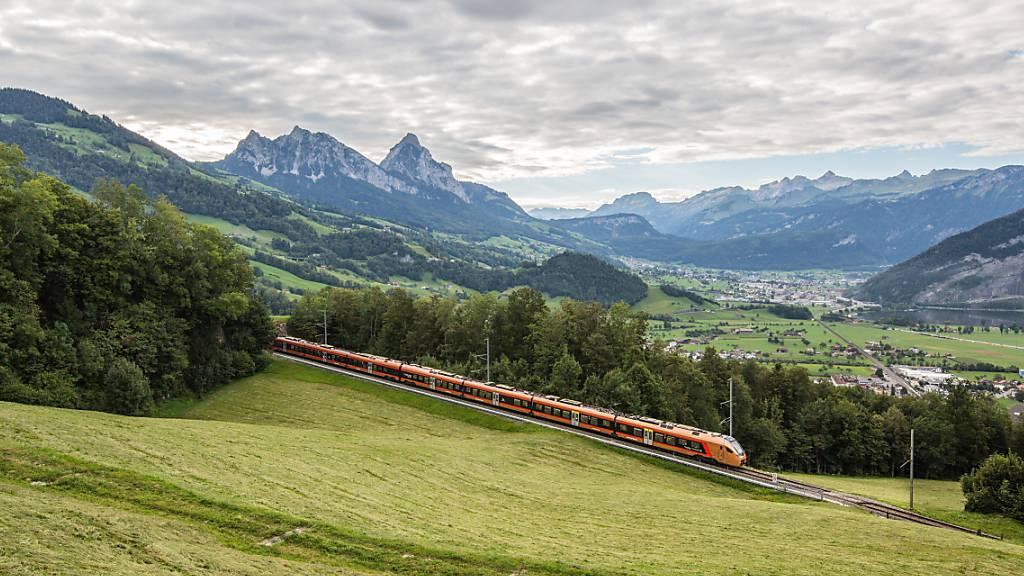 Ein Voralpen-Express der Südostbahn unterwegs bei Steinerberg im Kanton Schwyz.