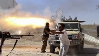 Rebellen auf dem Weg zum Flughafen von Tripolis
