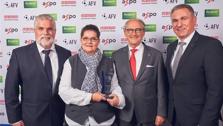 Jacqueline Strauss mit AFV-Präsident Hans Aemisegger (l.), FC-Baden-Präsident Heinz Gassmann (2.v.r) und Regierungsrat Alex Hürzeler (SVP).