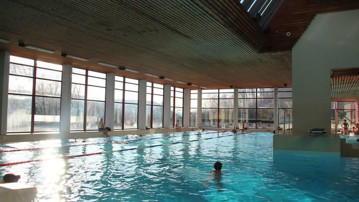 Die Tragkonstruktion des Schwimmbad-Daches muss erneuert werden.