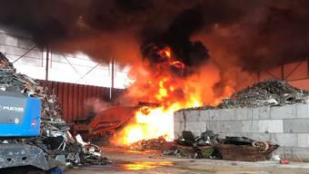 Brand in einem Entsorgungszentrum in Pratteln-Schweizerhalle: Zwei Mitarbeiter waren mit dem Schreddern von Metallfässern beschäftigt, da fing offensichtlich umliegendes Material Feuer.