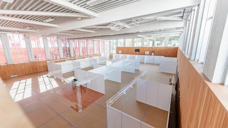 Die Standbetreiber der Selzacher Gewerbeausstellung in der Turnhalle können ihre Boxen einrichten. Die Infrastruktur steht bereit.