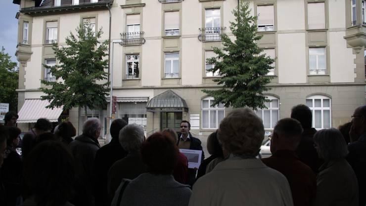 Massiv: Die Alte Post überragt die Stadtführung unter der Leitung von Titus Meier. (Robert Benz)